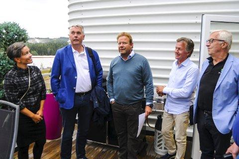 På befaring: Ordfører Gunn Cecilie Ringdal, stortingsrepresentant Trond Helleland, investor Lars Nilsen, investor Trond Sørum og gruppeleder Søren Falch Zapffe på befaring på Gjellebekk.