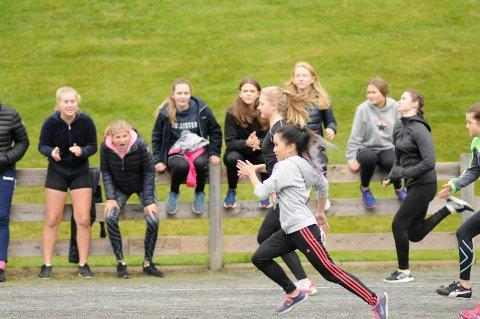 BLE HEIET FRAM: Disse jentene fikk god drahjelp fra publikum under løpskonkurransene på Sylling stadion.