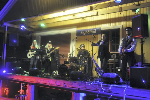 Ensporet repertoar: Signalfeil spilte sju sanger om tog, og startet det hele med «Nede på stasjonen».