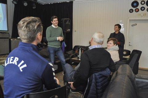 Motiverende: Grunde Almeland snakket om hvor viktig det er å inkludere ungdommene som spiller dataspill. Venstres gruppeleder Tove Hofstad håper idrettslagene tar initiativ.