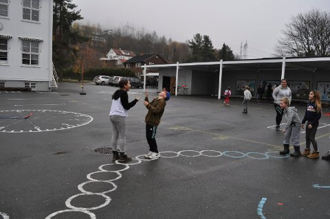 MORO: De nye markeringene i skolegården legger til rette for mange aktiviteter, og de fleste trengs det ikke utstyr til. Det gjør det enklere for elevene å være i bevegelse i friminuttene.