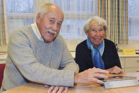 God hjelp: Per Olav Stenseth viser Kari Aune hvordan man sletter flere bilder om gangen på iPad. Aune har med seg en notatblokk, slik at hun husker det til neste gang.
