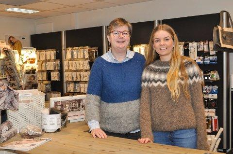 Annerledes: Garnbutikken i Lierbyen velger å gjøre stas på  handlende førstkommende lørdag, som en motvekt til Black Friday. Anne-Grethe Falling sammen med medarbeider Benedikte Johansen.