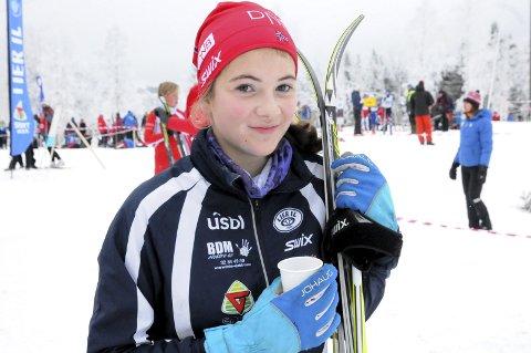 Eneste Lier-jente: Thea Norgren Funderud koste seg med langrenn på hjemmebane i lørdagens Lierrenn – som eneste liung i jentenes 14-årsklasse. – Jeg prøver å få med flere jenter fra skoleklassen. Men det går greit å gå med gutter også, forteller Thea.