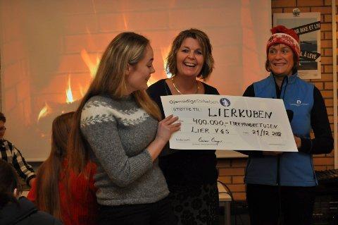 Overrasket: Leder for elevidrettslaget Vilde Staffenakk Johansen ble veldig overrasket av Sigrid Hellum (t.h.), da hun så beløpet på sjekken.