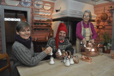 Pusses: Det er mye som må gjøres før julemarkedet. Vibeke Clausen, Svein Raste og Anne-Marie Heggemsnes står på for å gjøre tunet klart for gjestene. FOTO: Guro Haverstad Torgersen