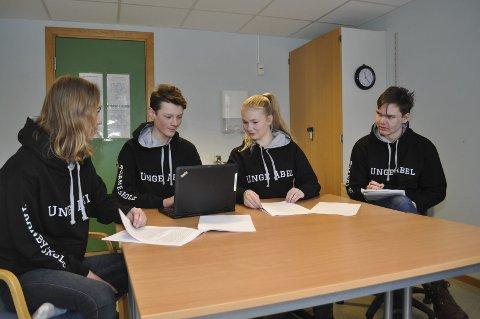 Siste hånd på verket: Mari Lyngås (t.v.), Sverre Strand, Ellen Pernille Olsen og Henrik Strandrud Bjørnøy må sjekke over en siste gang før de kan si seg ferdig med rapporten som skal leveres som en del av semifinalen i UngeAbel.