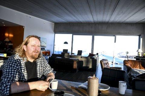 Finner roen: På Øverskogen har Morgan Langfeldt bygd sitt drømmehus, med utsikt over store deler av Lier, Holsfjorden og innover mot Vestmarka. – Det er her jeg finner roen, sier han.