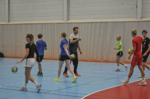 FØRSTE ØKT: Håndballelevene hadde fredag sin første treningsøkt med Robert Hedin. Det var mange svette, men blide fjes å se etter endt trening: FOTO: GURO HAVERSTAD TORGERSEN