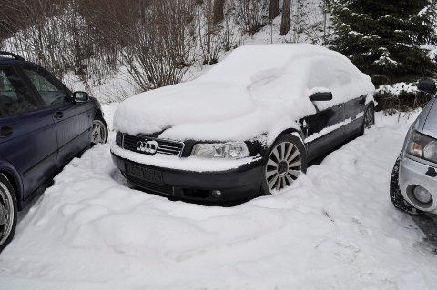 En Audi A8 er kategorisert som en luksusbil. Denne eldre modellen står på parkeringsplassen omtrent hundre meter unna Lier stasjon.