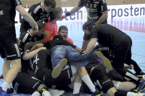 Ellevilt: St. Hallvard-spillerne jublet hemningsløst etter å ha avgjort toppkampen mot Nøtterøy i aller siste sekund. Dermed økte de avstanden ned til Nøtterøy, og leder nå 1. divisjon med seks poeng.