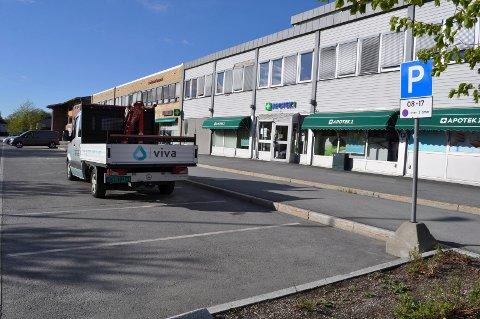 Splitter nye skilt som signaliserer kommunal parkering ble tirsdag morgen montert langs gateparkeringene i Lierbyen.