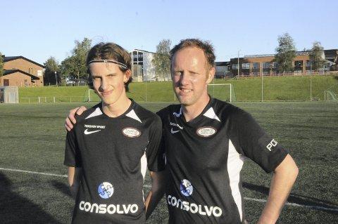 Far og sønn på samme lag: Vanligvis er Kristian Bye-Andersen treneren til sønnen Daniel, men mandag kveld ble de lagkamerater da flere av Stoppen-spillerne hadde skadeproblemer etter et tøft kampprogram.
