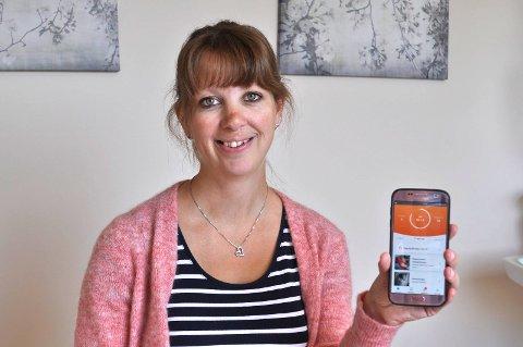 Jordmor Hanne Kari Snoen pleier å informere om appen til dem som er innom kontoret på Tranby Helsestasjon.