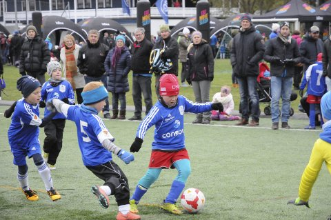 FLERE BARN: Alle partier ønsker tiltak som i større grad sikrer bred deltakelse innen idrett og kultur. Illustrasjonsbildet er fra fotballcup på Tranby som samler flere hundre barn og unge.