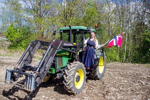 Klar for 17. mai: Kaja Kværner, leder i Lier Bygdeungdomslag, gleder seg til  å kjøre traktortog over hele bygda på nasjonaldagen.