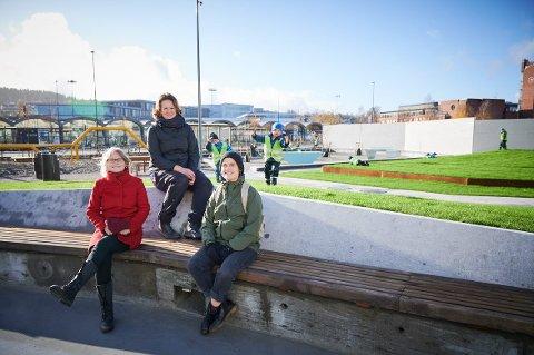 BYPARKEN: Nå står Lillestrøms nyeste park, som har fått navnet Byparken, ferdig. F.v. Anne-Berit Haavind (kommunalsjef for kultur), Hilde Johanne Mangerud (prosjektleder og landskapsarkitekt hos avdeling Friluftsliv og idrett) og Thea Kvamme Hartmann (landskapsarkitekt hos Snøhetta AS).