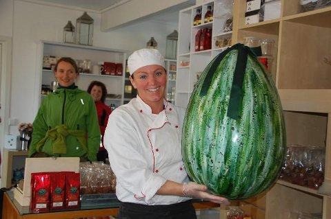 Jeanette Johansen med et gigantisk egg av sjokolade