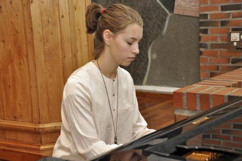Piano: Paula Lorentzen (15) har spilt piano i Vestvågøy kulturskole i mange, mange år. Foto: Lise Fagerbakk