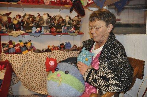 ARTIGE:-Jeg synes det er artig å strikke julegriser og fargerike burugler, sier Inger Andreassen som fredag åpner sin julegrotte i Mjåneset på Leknes. Foto: Kai Nikolaisen