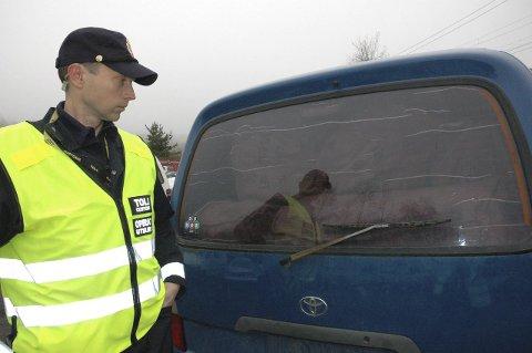 ULOVLIG:  Operativ uteleder Vidar Nårstad i Tollregion Oslo og Akershus konstaterer at bruktbilen er fyllt med tørrfisk. Foto: Thore Simenstad, Tollvesenet