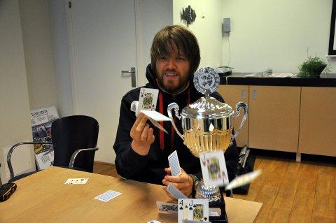 Pokerturnering: Ildsjel Kenneth Greger-Pettersen er nordnorsk mester i poker anno 2010. Nå vil han igjen starte opp pokerturneringer i Vågan i regi av klubben NSOP, og flytter virksomheten fra Gravermark til Svolvær. Foto: Kristian Rothli