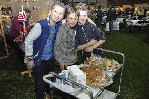 DUGNAD: Emil Trondsen, Tobias Grøterud Jacobsen og Niklas Bøe var tre av rundt 200 som jobbet dugnad under messa. De solgte kaffe, vafler og noe mer å bite i. De hjalp også til med å rydde bordene. Foto: Lise Fagerbakk