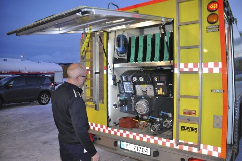 STØYFRI: Brannmester Roger Vian forteller at på den gamle bilen var det et forferdelig bråk når pumpen gikk. Den nye er nærmest støyfri.