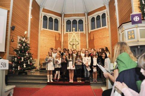 Sang: 5. klasse synger «Nordnorsk julesalme» under Leknes skole sin julegudstjeneste i Buksnes kirke. Foto: Lise Fagerbakk