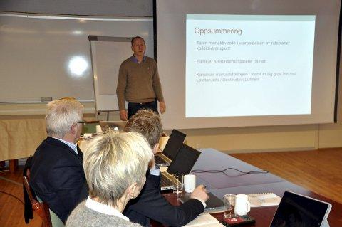 Transport: Trygve Steen i Destination Lofoten vil ha kommunene med på å bedre transporttilbudet. Anne Sand, Remi Solberg og rådmann Kjell Idar Berg følger med.