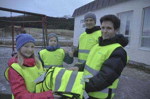 REFLEKS: Hedda, Marcus, og Ulf fra Fygle skole takker for vestene de fikk av Morten Amundsen ved Byggtorget Lofoten AS. Foto: Kai Nikolaisen