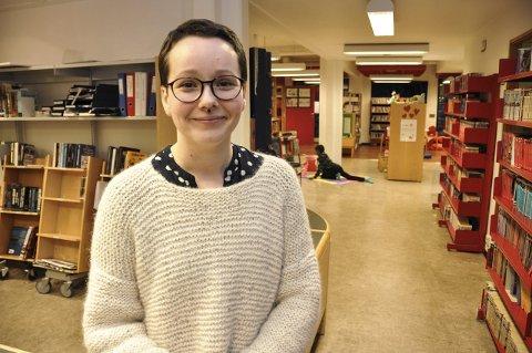 Planer: Biblioteksjef Therese Krogh Hetzler ser fram til å flytte ut av dagens lokaler i rådhuset på Leknes. Dels fordi det er upraktisk. Dels fordi de plages med vannlekkasjer, og må flytte rundt på bøker.Foto: Lise Fagerbakk
