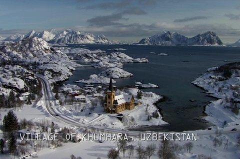 Bildet er tatt fra drone eller fly over Kabelvåg. Vågan kirka 1200 plasser og er  den største trekirken i Nord-Norge. Det har vært kirke i Kabelvåg i over 900 år.