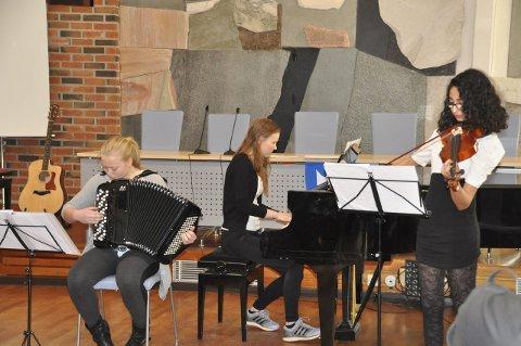 Trio: Johanne Haakestad, Sigrid Sand og Sema Al-Taie sjarmerte publikum med en leken framføring.