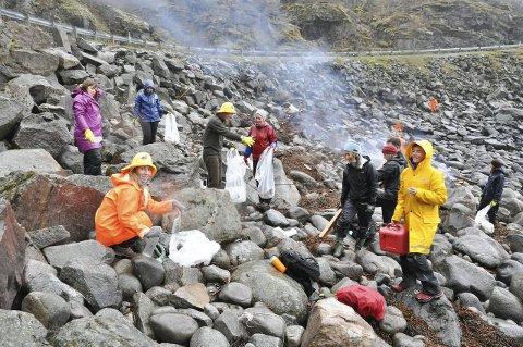 Clean up Lofoten: Lofoten Avfallsselskap håper aksjonen Clean Up Lofoten skal motivere folk til å la være å kaste søppel. Her fra ryddeaksjon i Rækvika utenfor Svolvær.