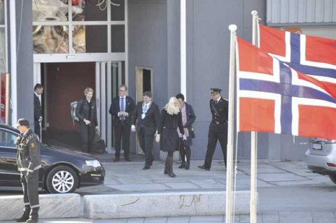 Kronprinsessen hilser på fylkesmann Hild-Martha Solberg, ordfører Eivind Holst utenfor Thon Hotel Lofotren i Svolvær før hun drar til Kabelvåg.
