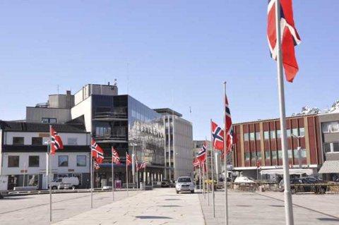 Torget i Svolvær var pyntet med flaggborg i forbindelse med kronprinsessebesøket, mens rådhusets flaggstang i bakgrunnen sto naken.