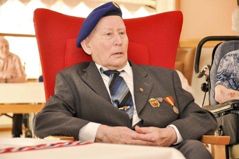 Snart 98 år gamle Alf Johansen fra Flakstad får regjeringens minnemedalje for sin innsats under andre verdenskrig og kampene rundt Narvik. Foto: Lise Fagerbakk