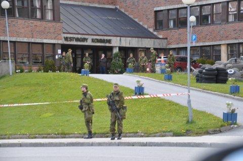 Mange soldater rundt rådhuset