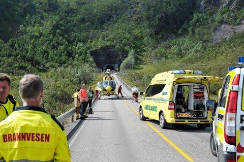 Den ene av de to kvinnene på motorsykkel som var involvert i ulykken utenfor Rørvikskartunnelen fredag ble fraktet med helikopter til Universitetssykehuset i Tromsø. Tilstanden hennes er fortsatt ustabil.