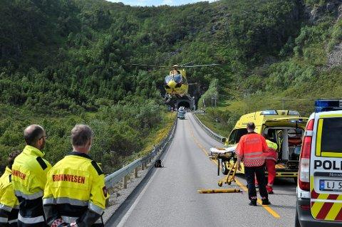 AMBULANSE: Den éne av de to kvinnene på motorsykkel som var involvert i ulykken utenfor Rørvikskartunnelen fredag ble fraktet med helikopter til Universitetssykehuset i Tromsø.