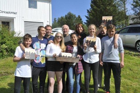 """-Nå har dere en siste sjanse til å skaffe dere """"Lofotens Gull"""" og det er under Ballstaddagan, sier elever og foreldre fra Ballstad skole. Her er de sammen med Svein Spjelkavik fra God Strek AS."""