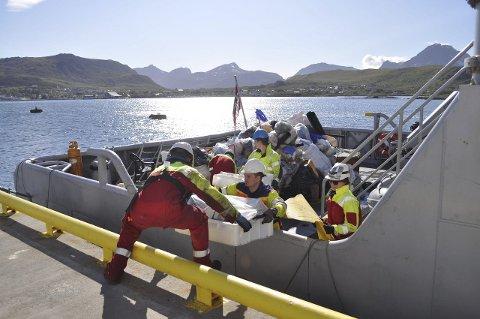 Viktig oppgave: Mannskapet på KV Heimdal losser søppel de har hentet fra strender i Lofoten.Begge Foto: LAS