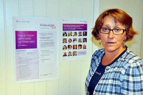 Hærverk: Kirkeverge Kjersti Johansen og hennes folk har registrert hærverk på kirkegårdene. Foto: John-Arne Storhaug