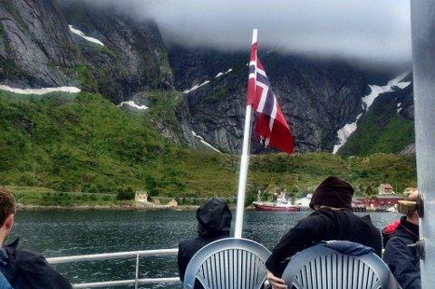 Moskenes Shipping frakter passasjerer på Reinefjorden.