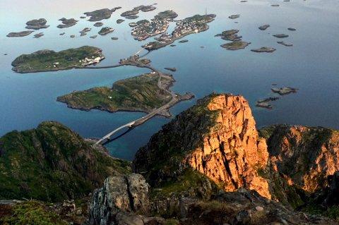 Festvågtind ligger ved Henningsvær.