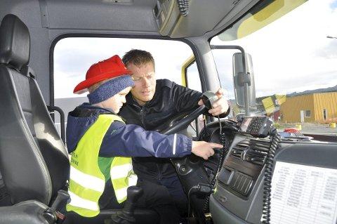 BRANNBIL: -KA e de? Leander hadde mange spørsmål om brannbilen og Leif Richard svarte så godt han kunne.