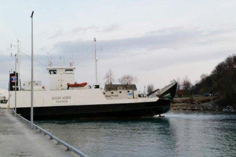 MS Godfjord har hatt flere uhell. Her står den fast kun få meter fra fergekaien.