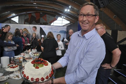 VINNERKAKE: Terje Wiik med seierskaka. -Det er faktisk første gang jeg har pyntet en kake, og det ble jo ikke så verst, sier Terje Wiik. Alle foto: Kai Nikolaisen