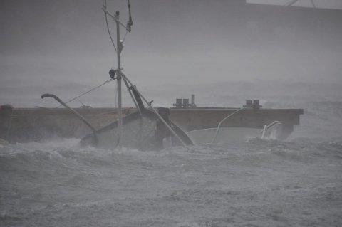 FORLIS: I slutten av september forliste «Sjøgutten» ved kai på Ballstad. Daniel var fast bestemt på at han skulle ha ny båt og han holdt ord.